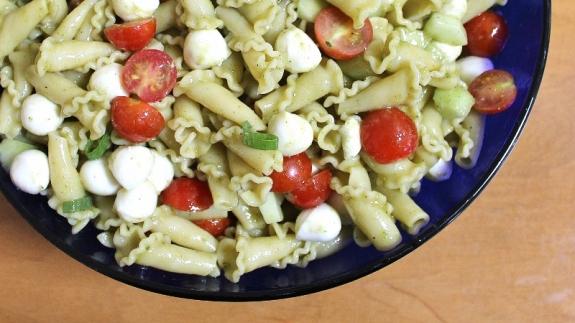 caprese pasta salad with basil vinaigrette 1 (800x450)